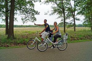 Twee fietsers bij de Hoge Veluwe