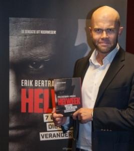 Betrand Larssen poseert met zijn boek Helweek